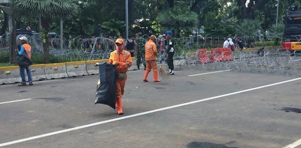 Tak Sampai 10 Menit, Jalan Medan Merdeka Barat Steril Dari Sampah
