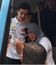 Nekat! Emak-Emak Asal Bandung Ini Berhasil Peluk Marc Marquez