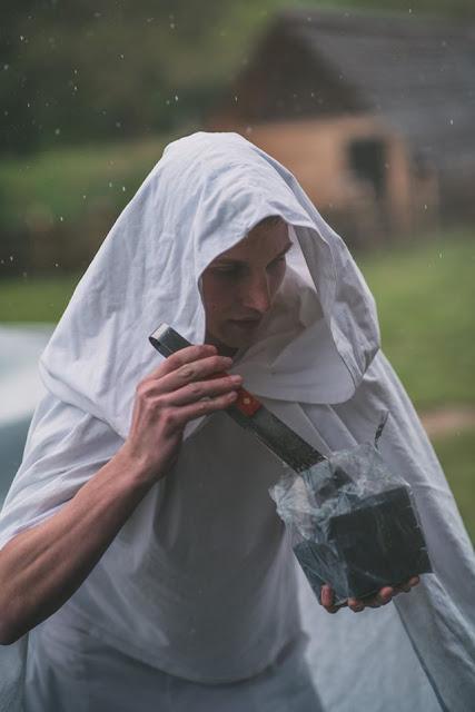 Muž s uhlíky do vodní dýmky.