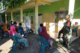 Babinsa Koramil 17/Karangdowo Dampingi Tenaga Medis Laksanakan Swab