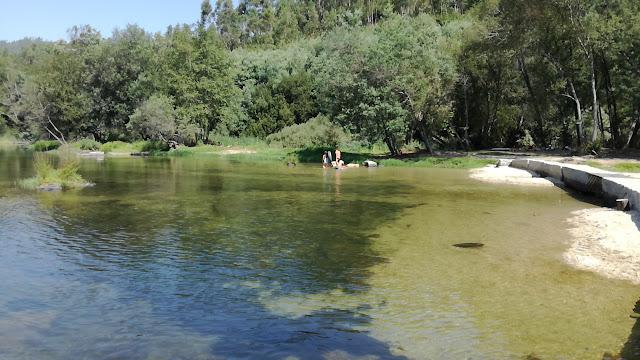 Rio Cávado e sua água cristalina em espelho