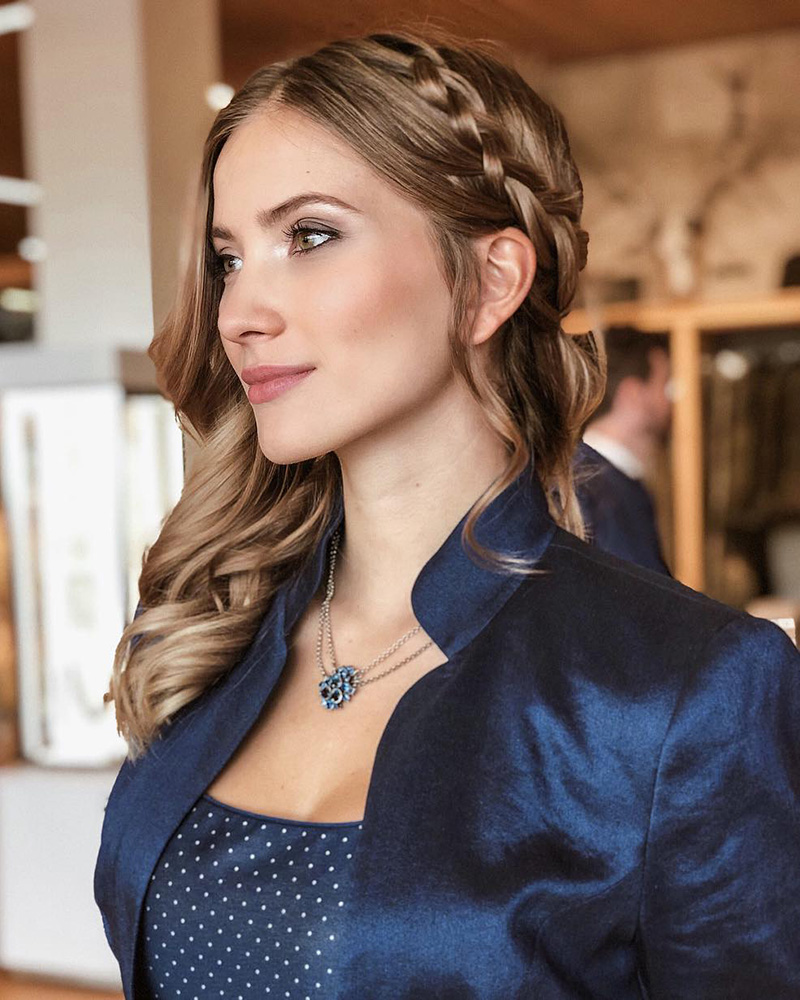 Dragana Stanković tampil cantik dengan model rambut unik kepang pirang