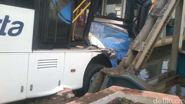 Bus Transj dan Avanza, Ditabrak KA Senja Solo di Mangga Dua