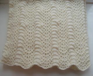 Strikket babytæppe med bølgemønster