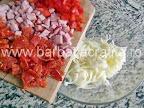 Mini pizza preparare reteta - amestecam cascaval ras cu bucatele de ardei, salam si sunca