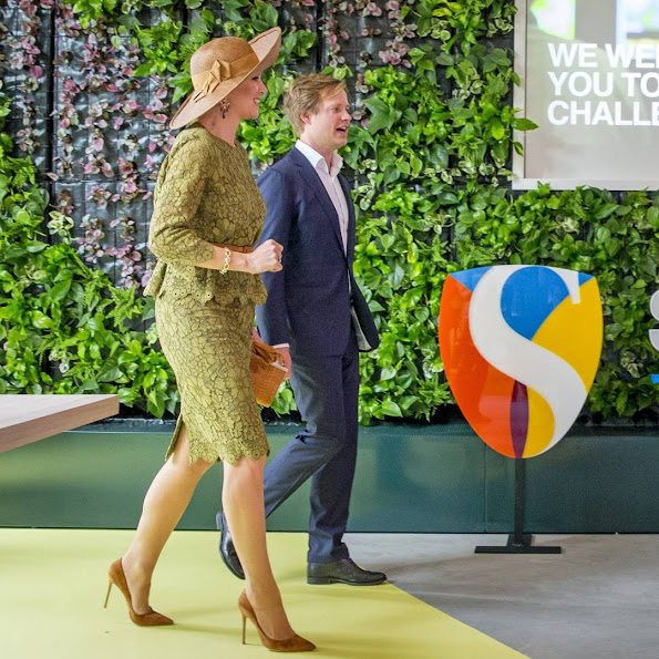 Queen Maxima opens Singularity University (SU) in Eindhoven. The university is founded and located in Califormia at the NASA Research Park in Sillicon Valley, offers educational programs and promotes partnerships between SU managers worldwide to adress new technologfies and global issues