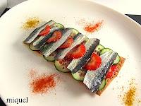 Coca crujiente de sardinas, fresones y pepino