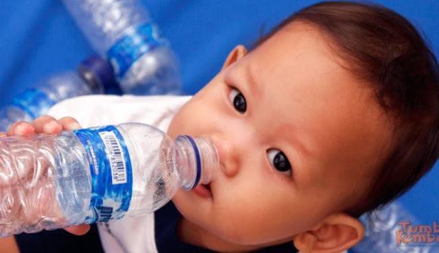 Bunda Wajib Tau!! Inilah Bahaya Minum Air Putih bagi Bayi di Bawah Usia 6 Bulan..