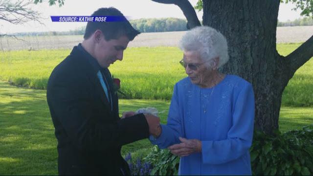 Llevó a su abuelita al baile de graduación