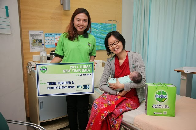Baby Darryl Law and mummy Dr. Tan Sin Yi from Columbia Asia Hospital Bukit Rimau with the cash prize and gifts from Dettol