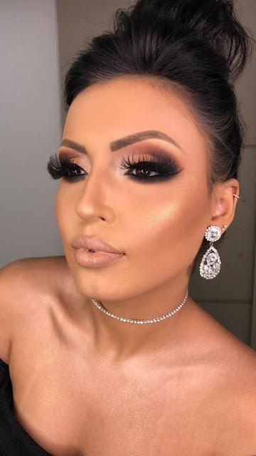 As famosas e blogueiras internacionais, sempre estão usando maquiagens lindas e maravilhosas e sempre marcando os olhos. As gringas deixam os olhos bem marcados de forma que ficam maiores e mais bonitos. A pele sempre é mais ousada e a boca nude, pois essa é a combinação perfeita para uma make estilo gringa. Aposte em cores vivas para os olhos e arrase com a sua make. Os cílios postiços também fazem toda a diferença na makeup.