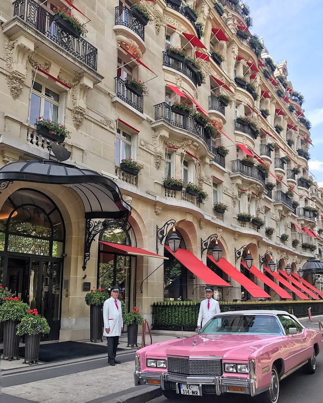 The most luxurious hotel in Paris, the royal room costs 25,000 USD / night