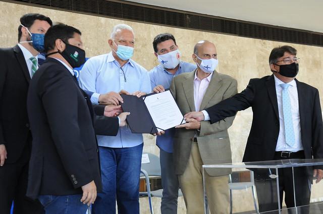 Força-tarefa do GDF entrega mais 28 escrituras a produtores rurais no DF