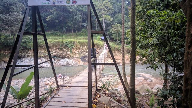 Jembatan Lebakgedong yang rusak, satu-satunya akses untuk Menuju Gunung Luhur