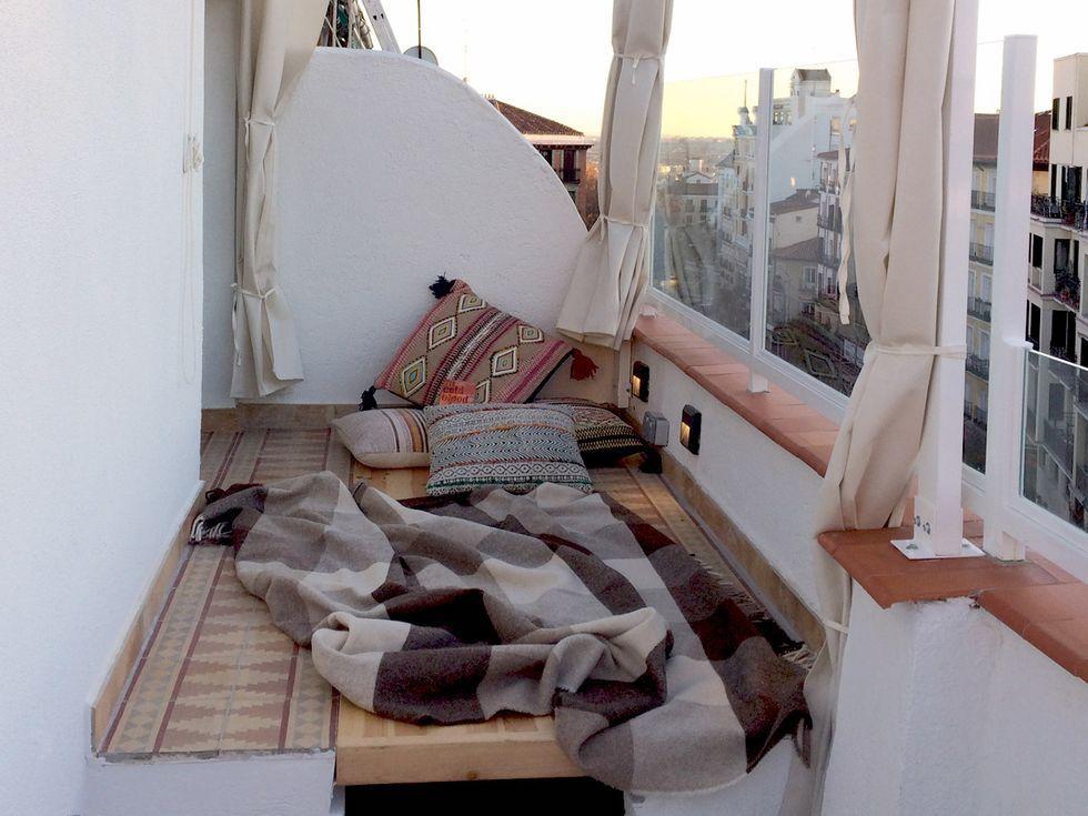 Mesa de madera en la terraza que se convierte en cama