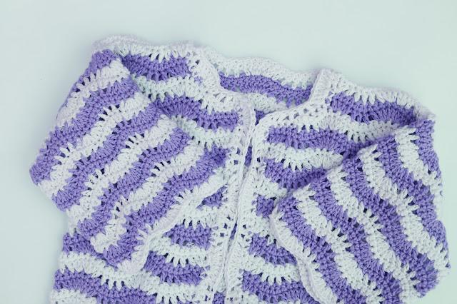 3 - Crochet Imagen Chaqueta para niña en zig zag a crochet y ganchillo azul mangas cruzadas por Majovel Crochet