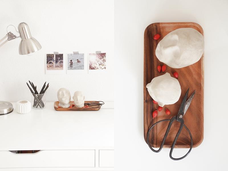 Schreibtisch Ikea Alex weiss dekoriert herbstlich mit bunter abstrakter Kunst auf Leinwand, Leuchte, Holztablett, Fotos, DIY Tonköpfen, preiswerter Deko im modernen skandinavischen Stil