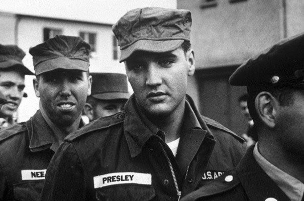 Elvis Presley es reclutado, foto tomada en el año 1958. Elvis Presley alistandose en el ejercito. Fotos insólitas que se han tomado. Fotos curiosas.
