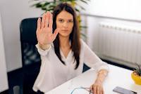 Εργασιακό bullying: 5 συμβουλές για να αντιμετωπίσεις τους «νταήδες» στη δουλειά σου