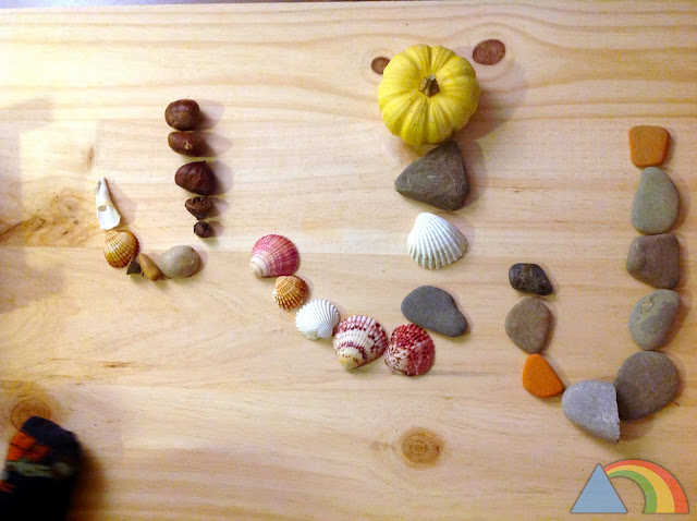 Letras hechas con conchas, piedras, y otros elementos naturales
