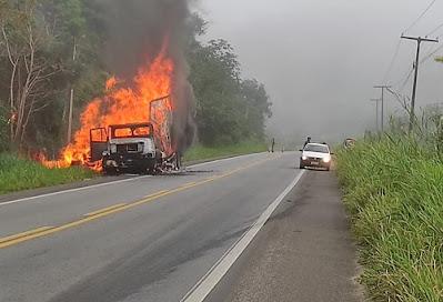Ipiaú - BA: Caminhão carregado de móveis pega fogo na BR-330