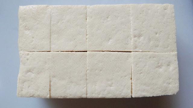 豆腐の厚みを半分にし、食べやすい大きさに切ります。