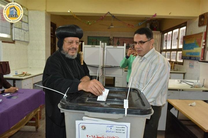 بالصور.. الأنبا مرقس يشارك في انتخابات الرئاسة