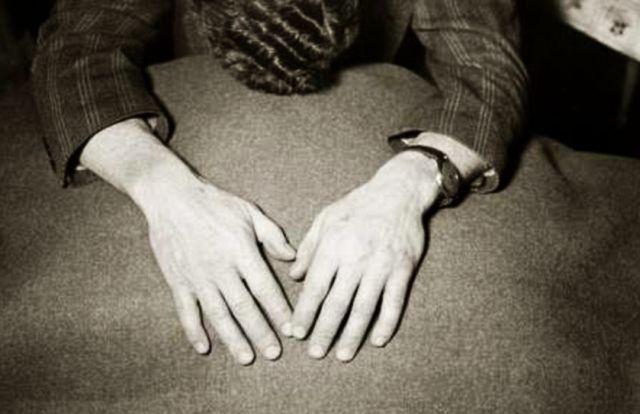 «Τα χέρια ενός δολοφόνου»: Ο σύζυγος που στραγγάλισε την πρώτη γυναίκα του, αθωώθηκε και στραγγάλισε και τη δεύτερη