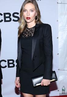 Scarlett Johansson  mini-vestido o esmoquin