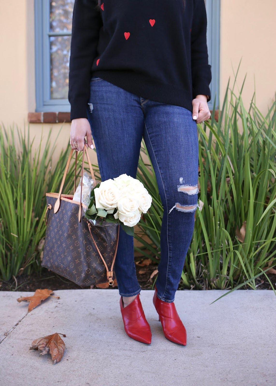 Red pointed booties outfit, distressed jeans outfit, Louis Vuitton neverful mm