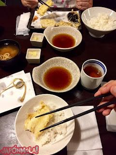 Comiendo tempura y sopa de miso en un izakaya de Jimbocho, Tokyo