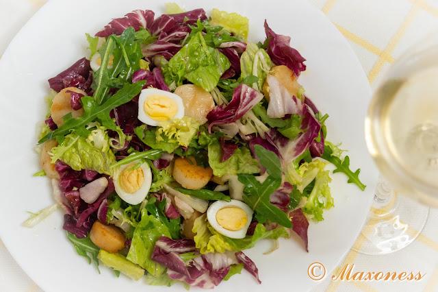 Салат с гребешками и перепелиными яйцами