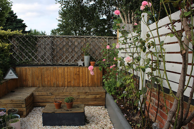 slat fencing with pallet seating