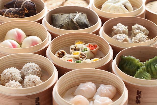 """Theo Exotic Voyage, dù Trung Quốc sở hữu nền ẩm thực phong phú, không món ăn nào được ưa chuộng trong bữa sáng hơn dim sum. Cái tên dim sum có nghĩa là """"chạm đến trái tim"""". Qua thời gian, món ăn này đã trở nên phổ biến ở nhiều nước trên thế giới. Dim sum là loại bánh có lớp vỏ bột còn phần nhân bên trong được làm bằng thịt, tôm, đậu, rau... Trong trường hợp không đủ thời gian làm dim sum, người Trung Quốc sẽ chọn một bát cháo để khởi đầu ngày mới."""