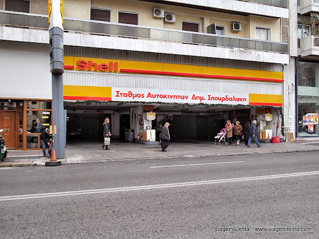 Você moraria em cima de um posto de gasolina? - Pireus, Grécia