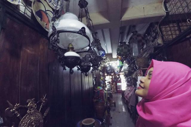 Foto cantik berlatar benda antik pasar Triwindu Solo