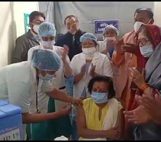 जिला चिकित्सालय की सिविल सर्जन ने लगवाया पहला टीका
