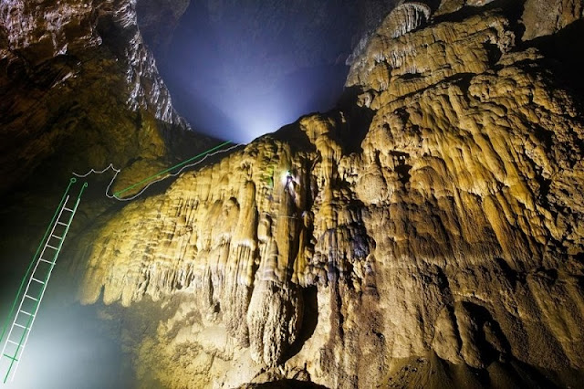 Ladders allowed to protect stalactites in Son Doong 1
