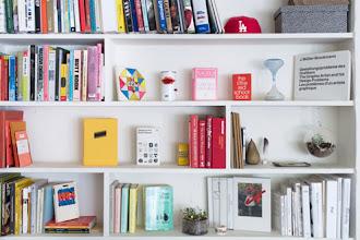 5 Tips Praktis Menata Rak Buku