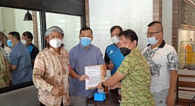 Jun Manurung Cs Serahkan Surat Gugatan Ke Ketum KONI Sumsel