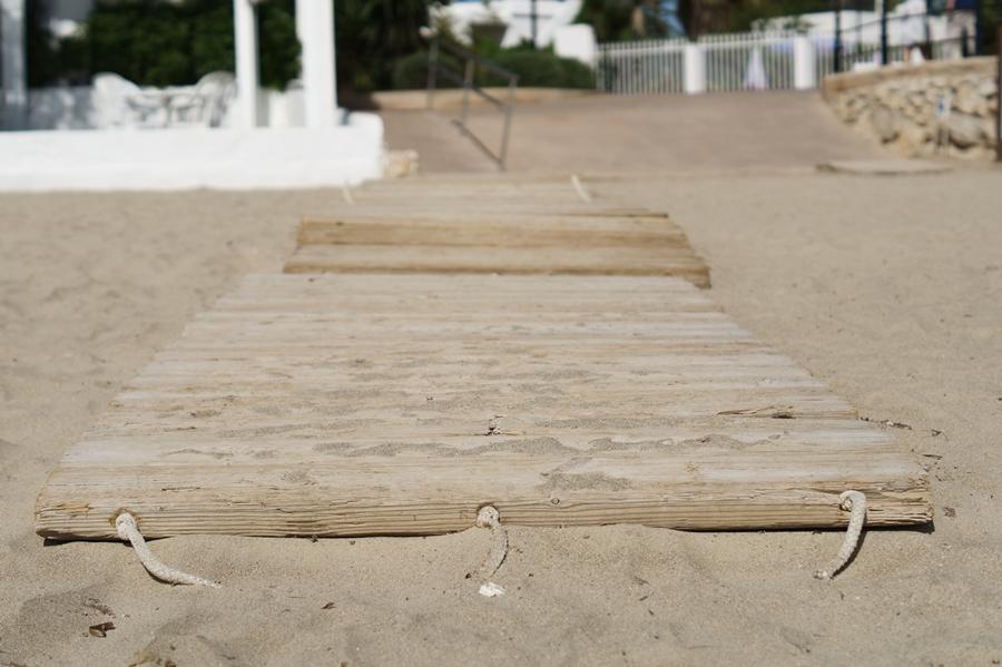 Blog + Fotografie by it's me! - Reisen - La Isla Blanca Ibiza, Santa Eurlaria - Holzweg im Sand