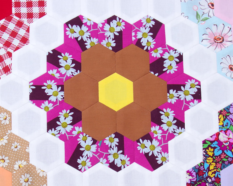 A Traditional Grandmother's Flower Garden Quilt | © Red Pepper Quilts 2019 #englishpaperpiecing #traditionalquilt