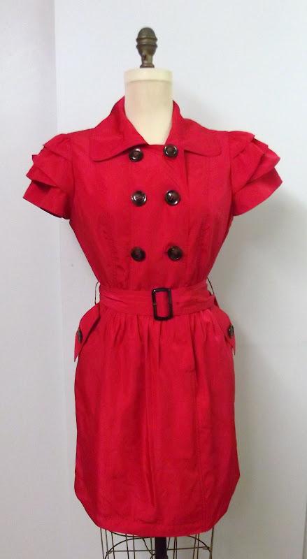 a92e924f6e Par evvel ezelott nagy divat volt a kabat ruha, de ugy nez ki, hogy most  visszeteroben vannak. Ez a ruha fodros ujjal, ovvel es hatalmas zsebekkel  hozza ...