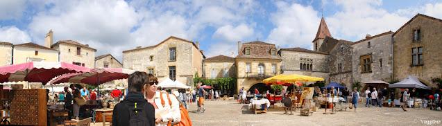 La splendida piazza di Monpazier