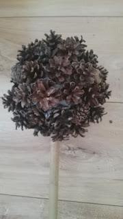 szyszki sosny przyklejone do styropianowej kuli
