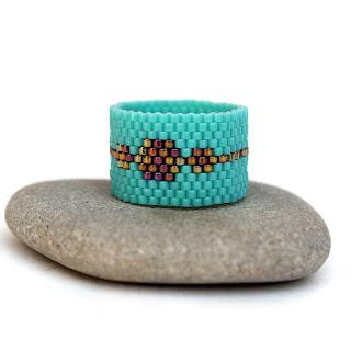 Купить современное женское кольцо бирюзового цвета. Интернет-магазин интересных украшений ручной работы из бисера.