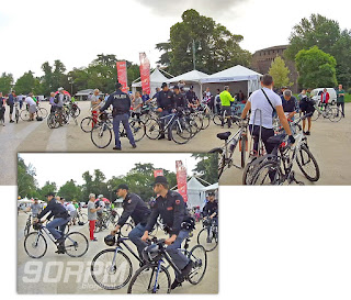 Cyclopride Day: il gruppo di poliziotti in bicicletta inforca i mezzi e si dirige alla testa del corteo. Saranno loro a guidare la pedalata per le vie di Milano