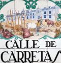 Placa cerámica con el nombre de la calle y dibujos alusivos pintados.