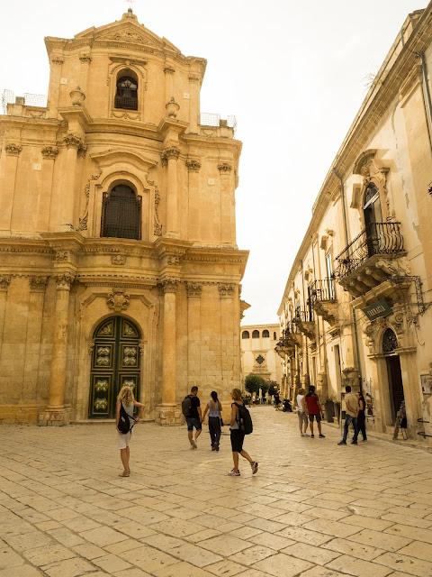 Scicli, centro storico, via Mormino Penna e S.Michele Arcangelo ©Valeriaderiso