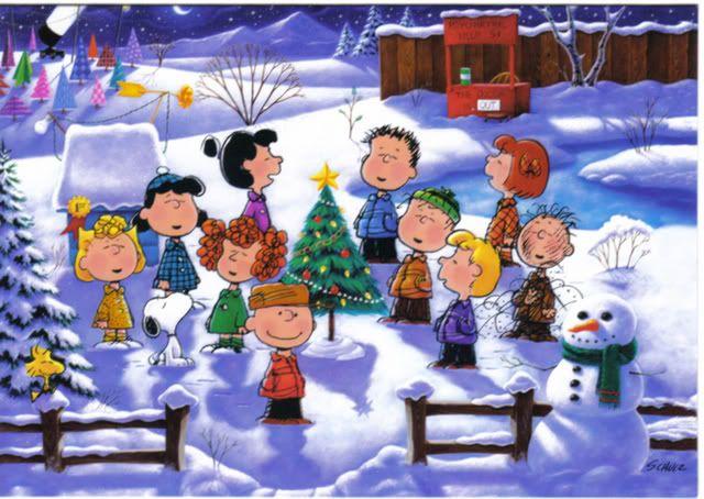 Todos los amigos de Charly Brown en la nieve con un arbol decorado de navidad